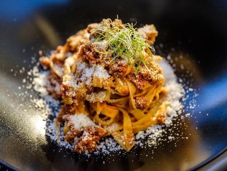 Фетучини паста (или спагети) с кайма, лук, морков, целина, домати, бяло вино и сирене пармезан - снимка на рецептата